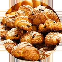 スクラッチ製法。粉から生地を仕込み、焼き上げ、パンを店頭に並べるまでの工程をストレートに行っております。小麦の香りと食感をお愉しみくださいませ。
