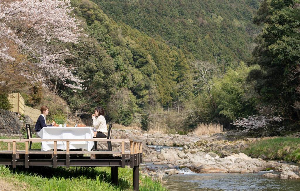 【春の催し】長門湯本温泉の春のお誘い。渓流を愉しむ3つの「川床プラン」のご案内(3月28日~6月29日)