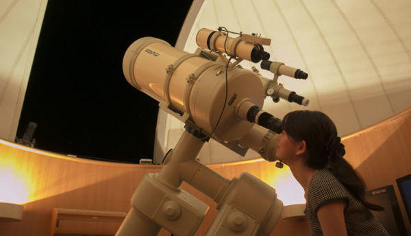 【7月の天体ドーム】夏の大三角形は七夕の主役。天の川に現れる一等星を、望遠鏡からご覧くださいませ。